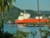 Flüssiggastransporter an der Einfahrt zum Panamakanal